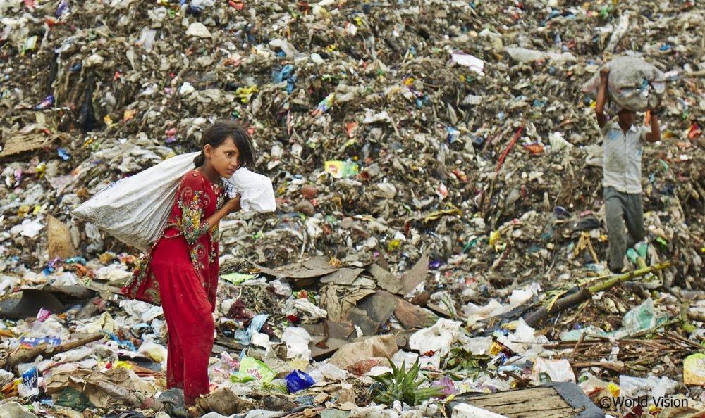 ゴミ拾いをする少女