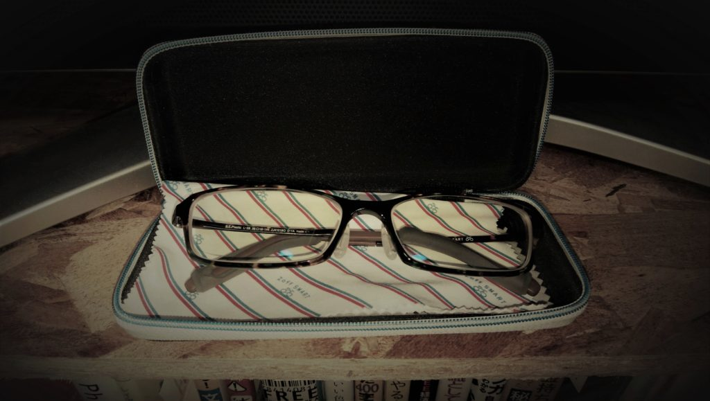 眼鏡を拭く行為