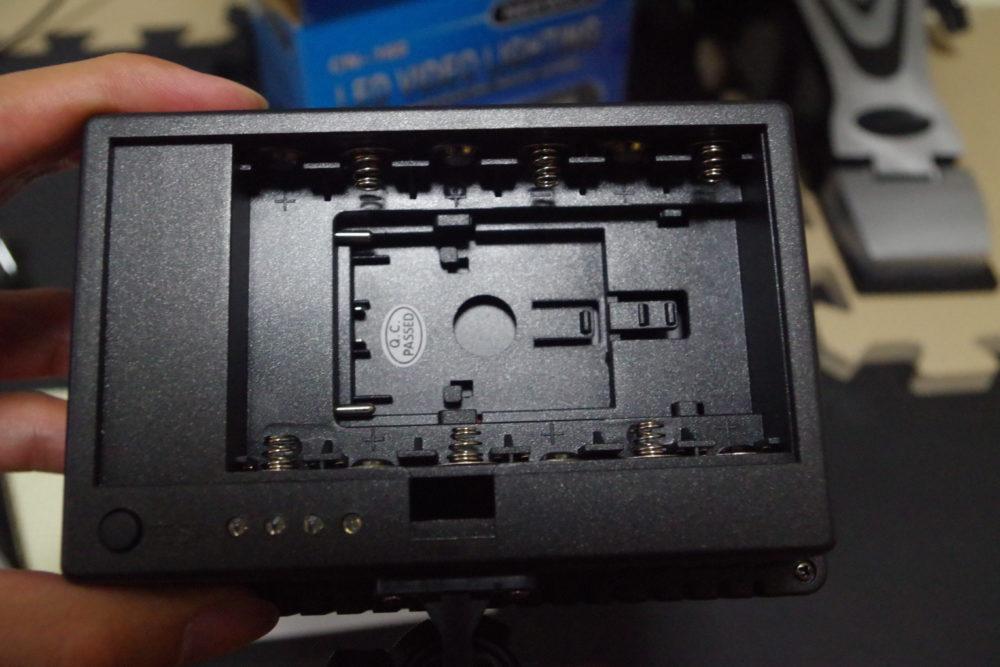 NEEWER-CN160の電池蓋を外した様子