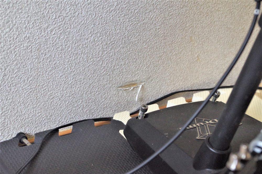 バスドラムでついた壁の傷