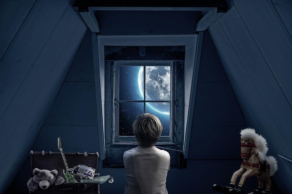 屋根裏 夜空 少年 月