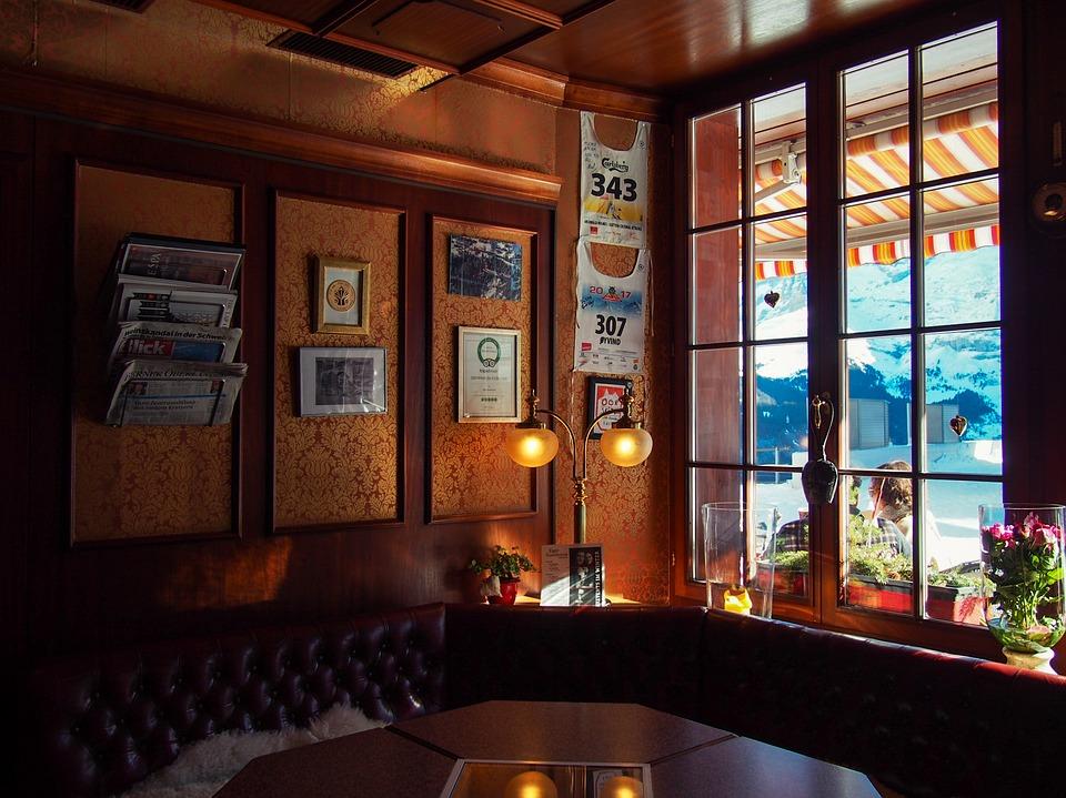 カフェ パブ ゲストハウス お店 暗 雰囲気 窓 対