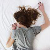 ホワイト シート ベッド ルーム 人 女の子 女性 睡眠