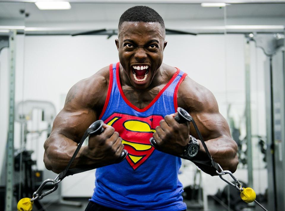 筋肉トレーニングをしているボディビルの男性