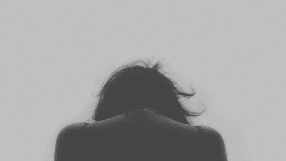 苦しい心境の女性