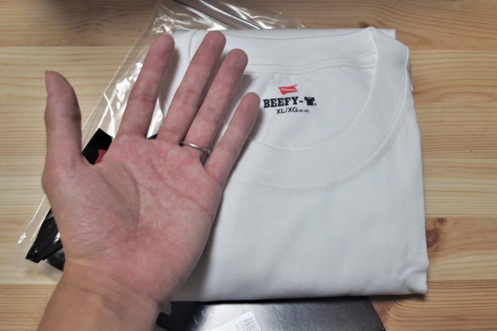 小さく畳まれたビーフィーTシャツ