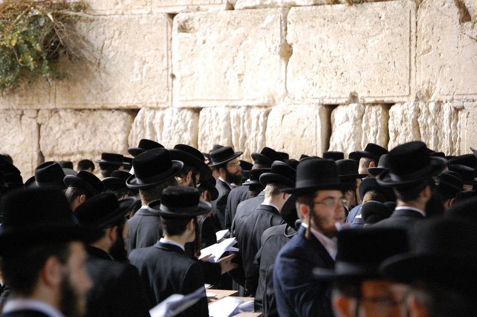 ユダヤ教の人達はこんな格好をしています