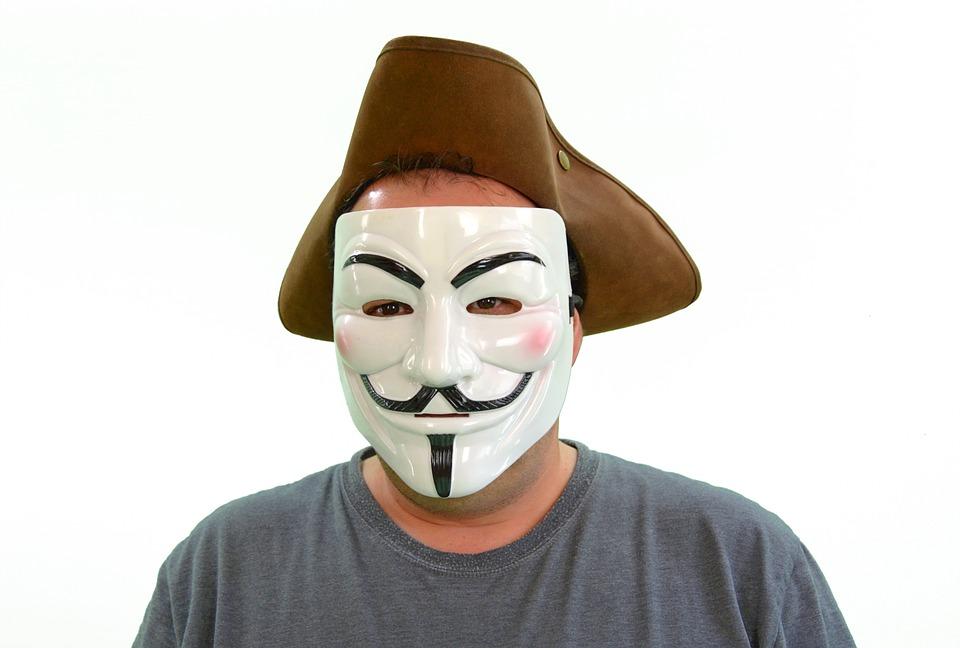 仮面を被った男性