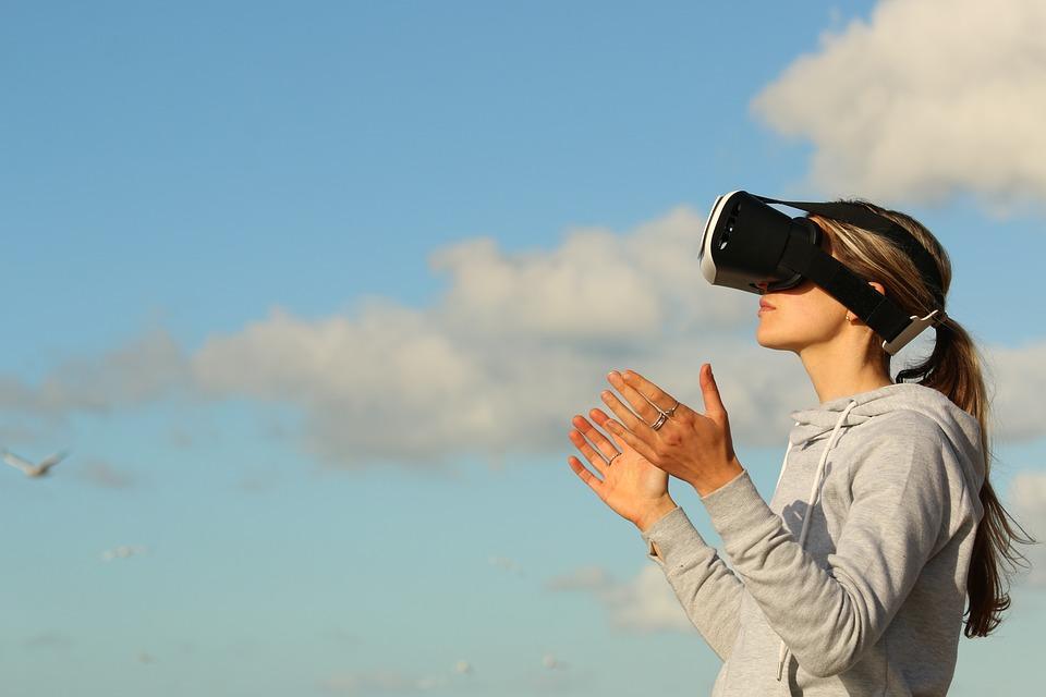 VRゲームをやる女性