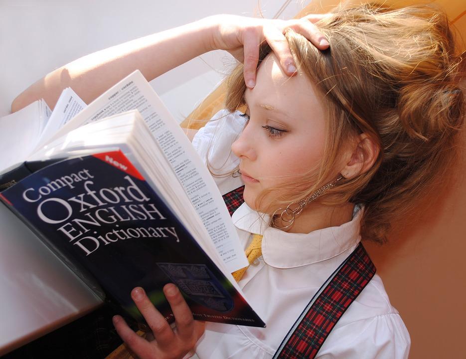 女の子 読書 考える