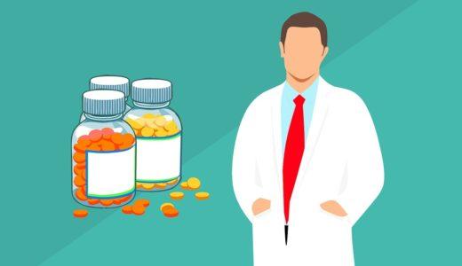 薬剤師の男性と薬の画像