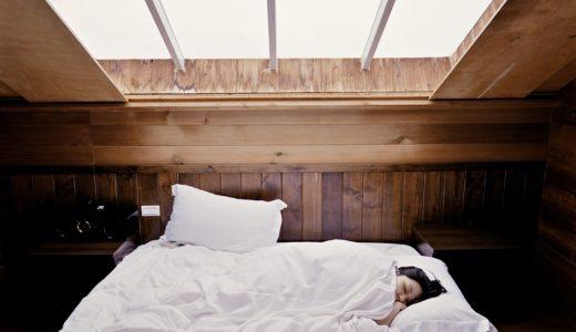 部屋で気持ちよさそうに眠る女性