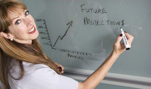 笑顔で授業をしている女性の先生