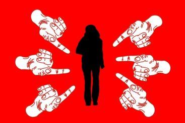 指を指されて嫌な思いをする女性
