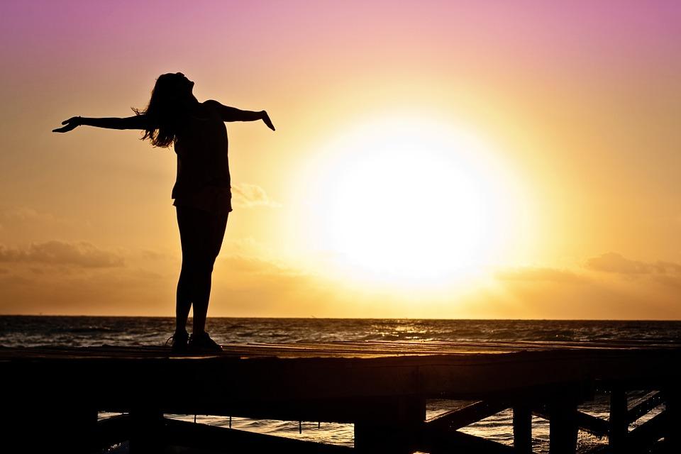 夕陽 女性 幸せ