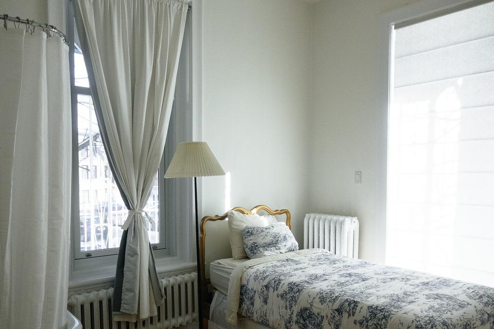 カーテンのある寝室