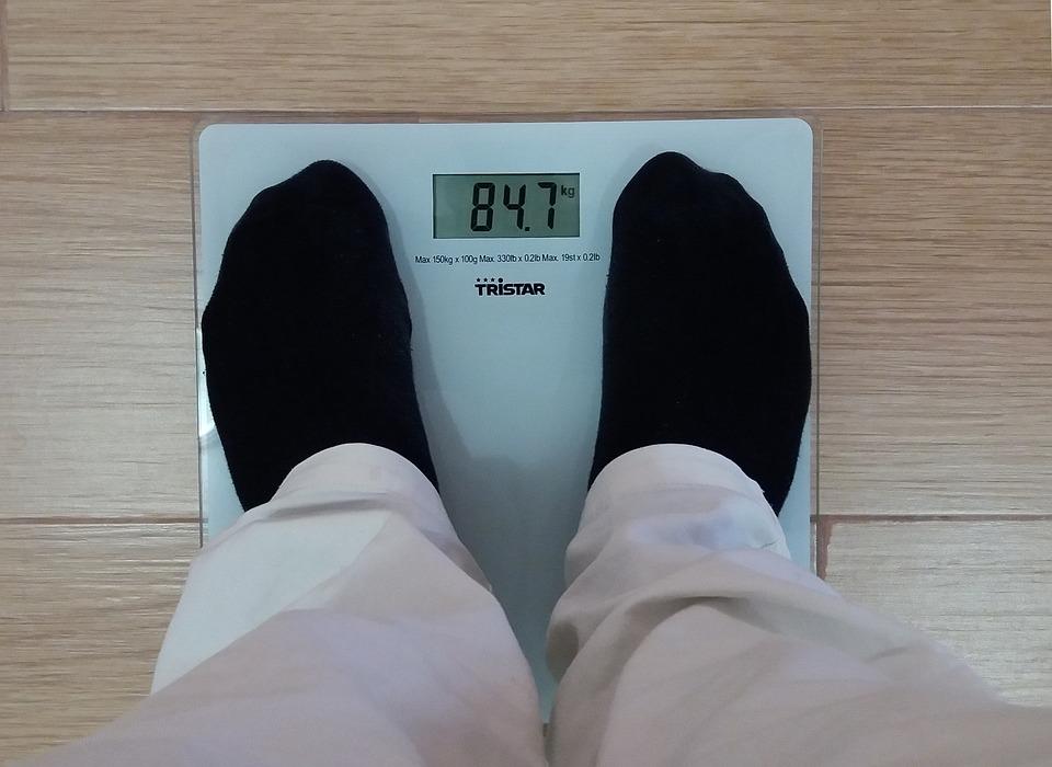 体重を計る男性