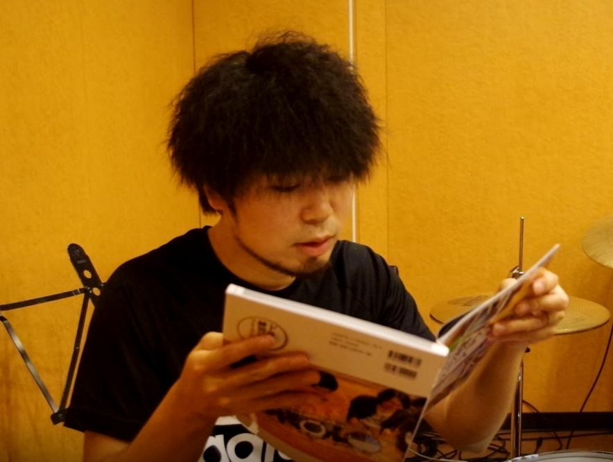 ドラムの教則本を読んでいるノブ