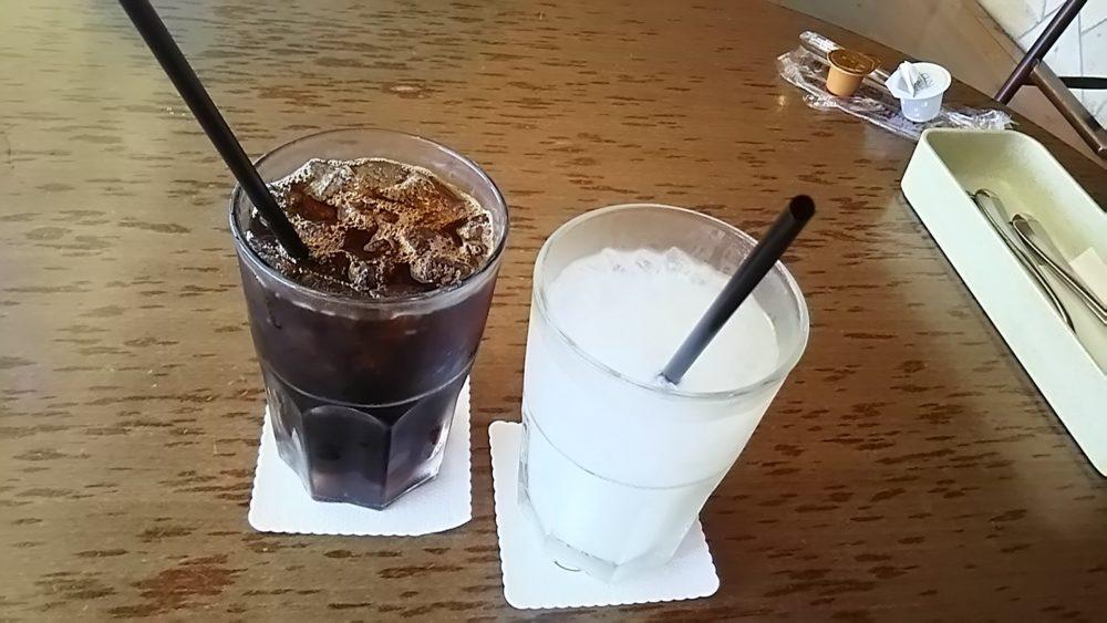 カルピスが入ったコップ二つ