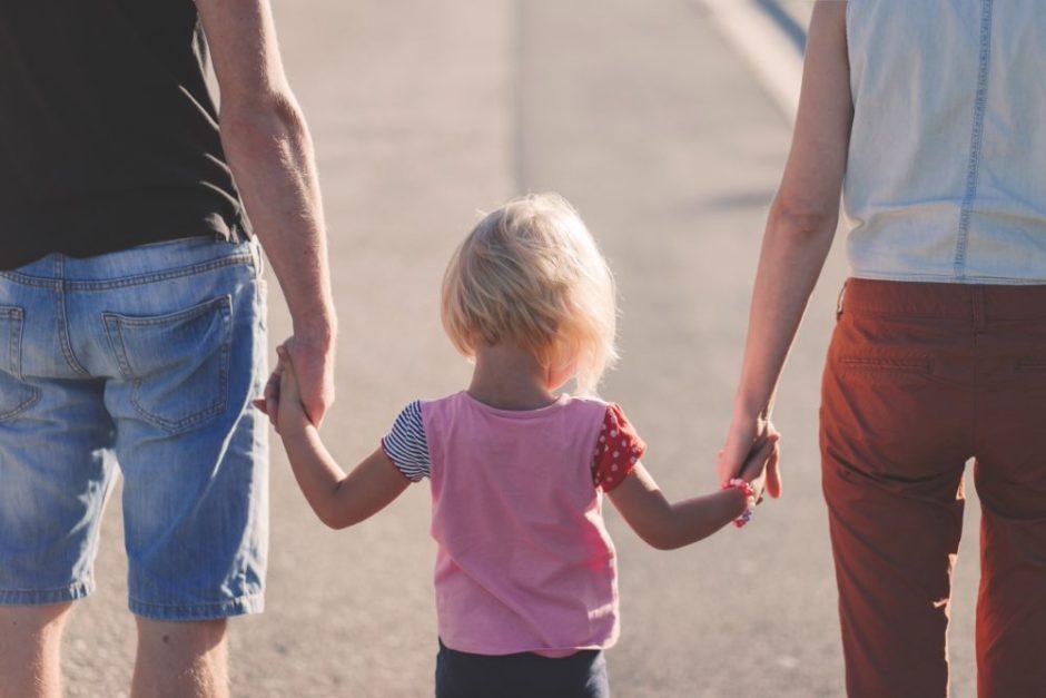 両親と手をつなぐ子供の画像