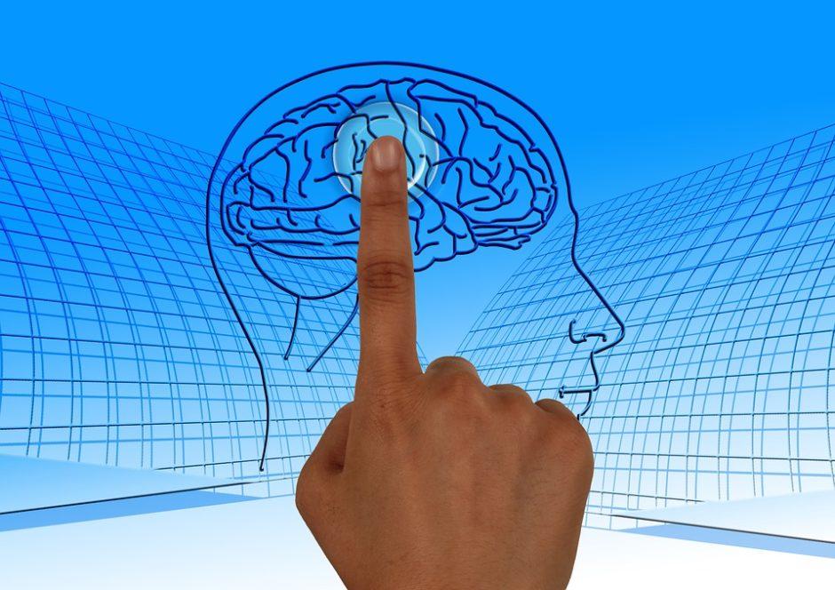 脳のスイッチを押している手の画像
