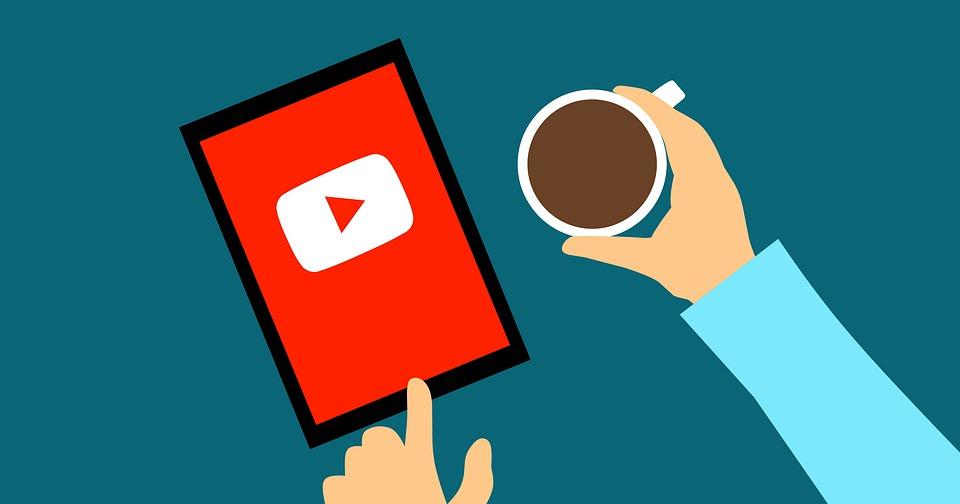 Youtubeの再生ボタンを押そうとする男性の手