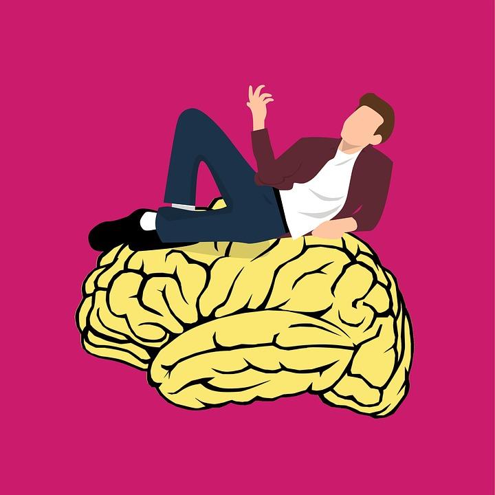 脳の上に乗る男性