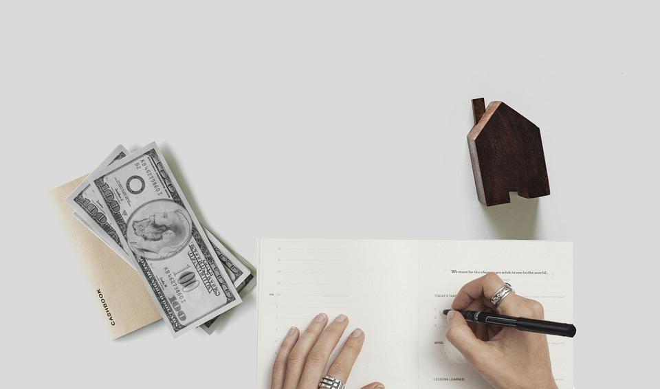 税金の金額をノートに書いている画像