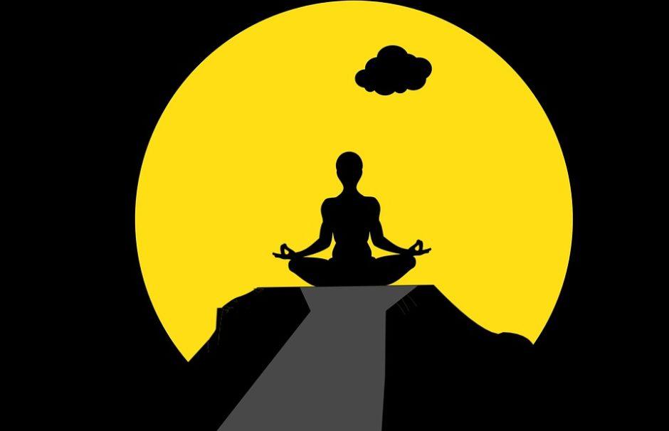 山の上で瞑想をする人