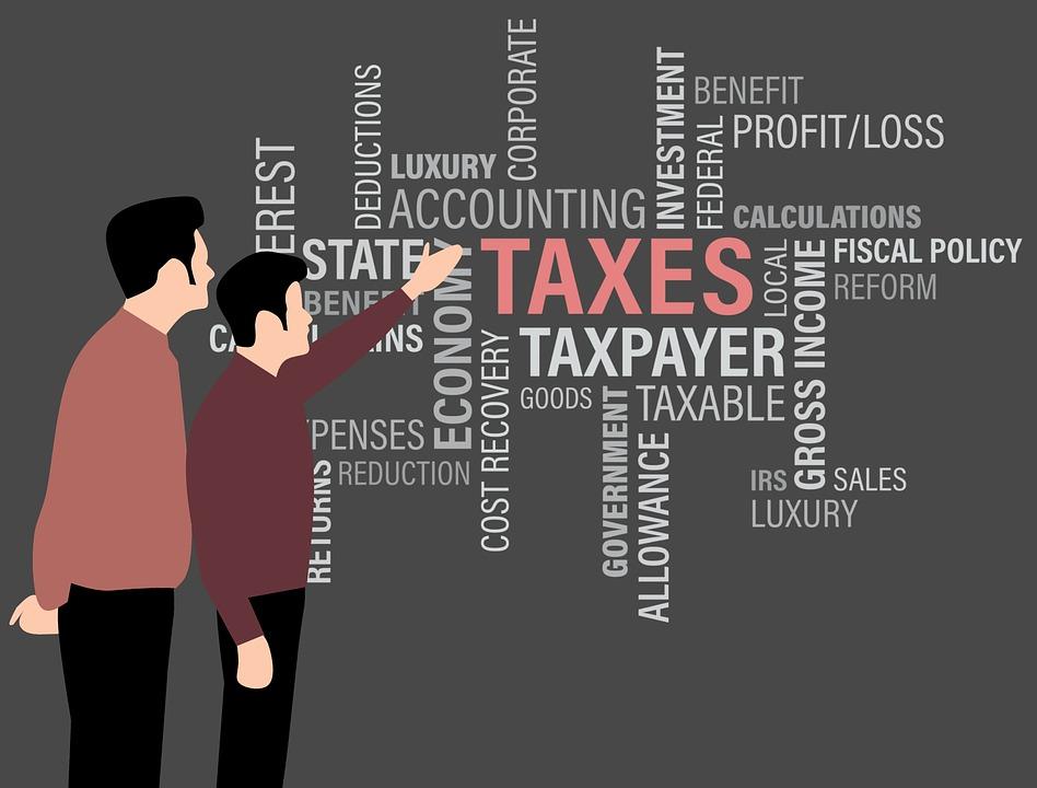 税金について学ぶ男性