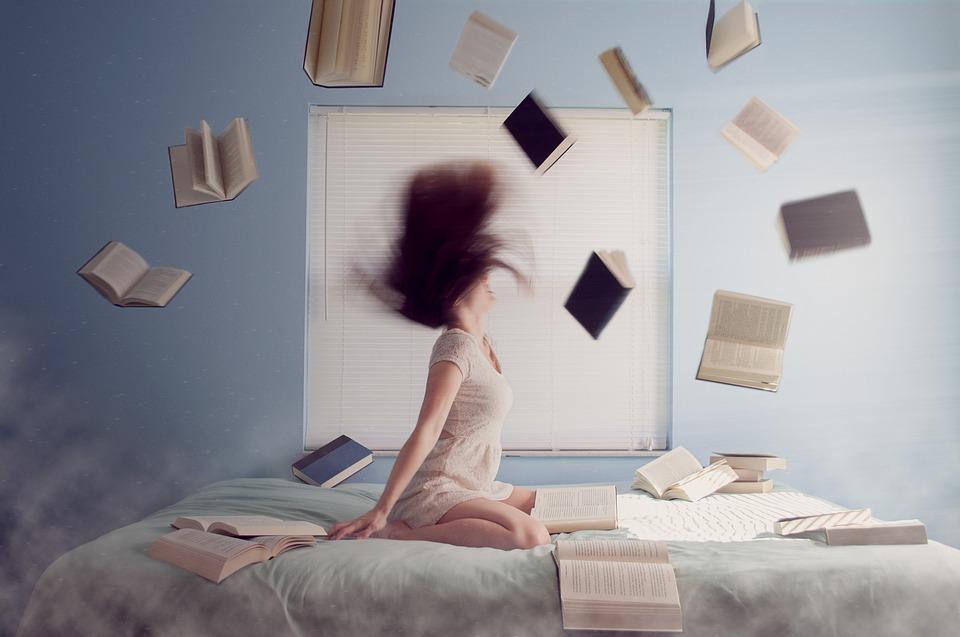 ベッド・お布団の上で激しく動く女性