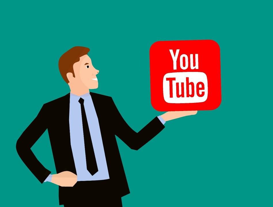 youtubeのアイコンを持っている男性