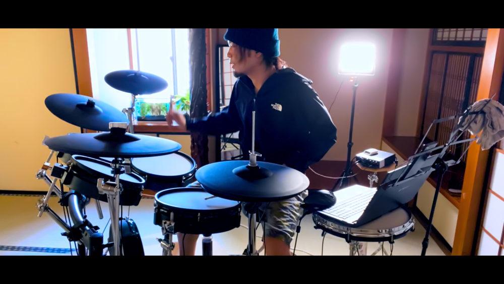 ドラムを叩くノブ 自分