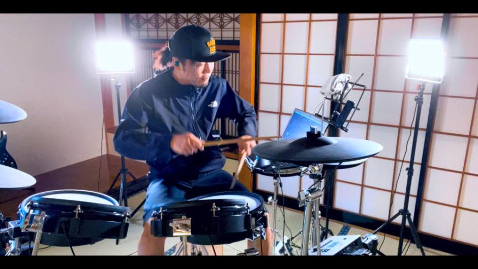 ドラム叩いてる