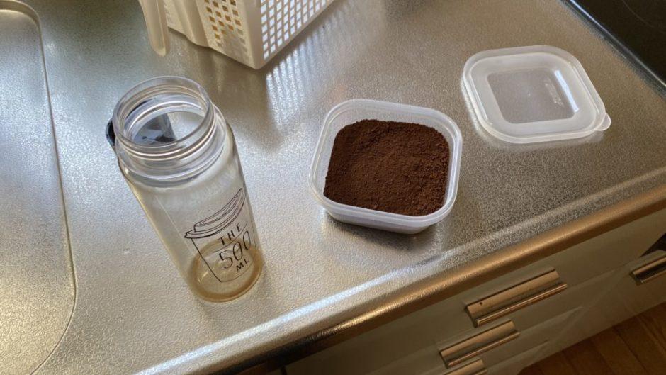 透明ケースに入ったコーヒー粉
