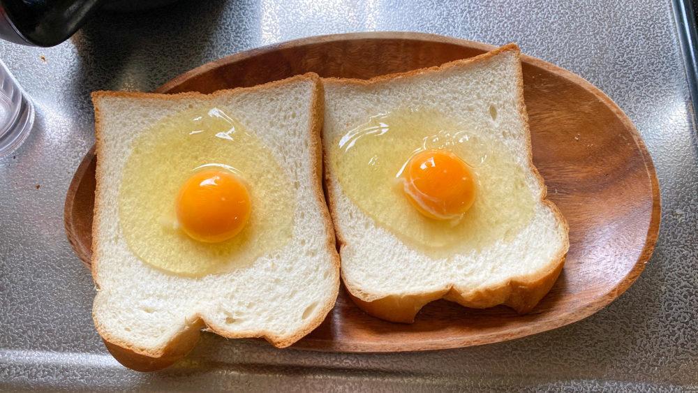 たまごを載せたパン