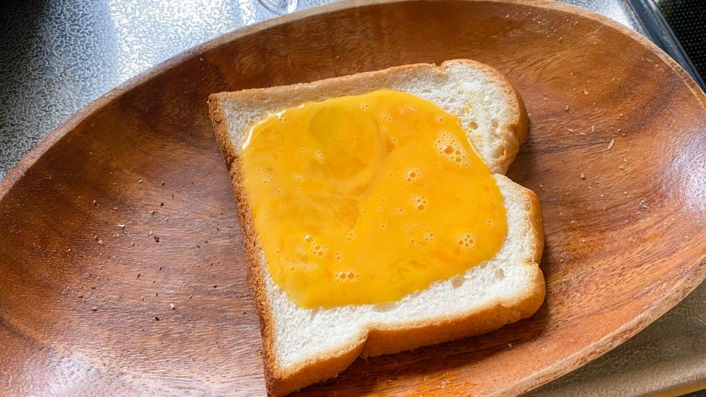 とき卵をかけたパン