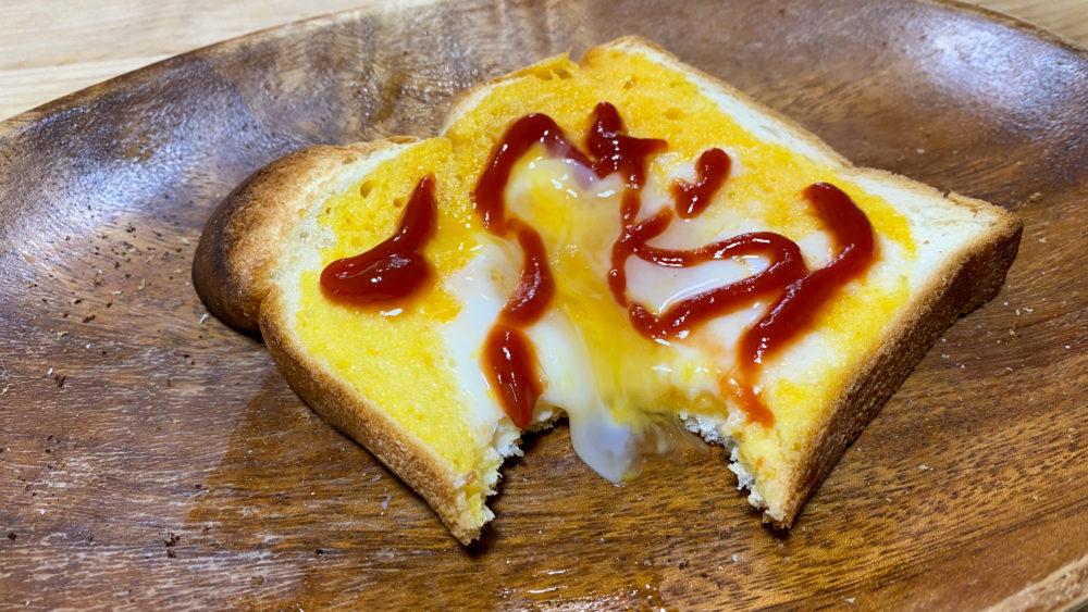 くぼみに溜まっていた固まってない卵がこぼれてきたパン