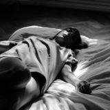 ベッド 女性 睡眠