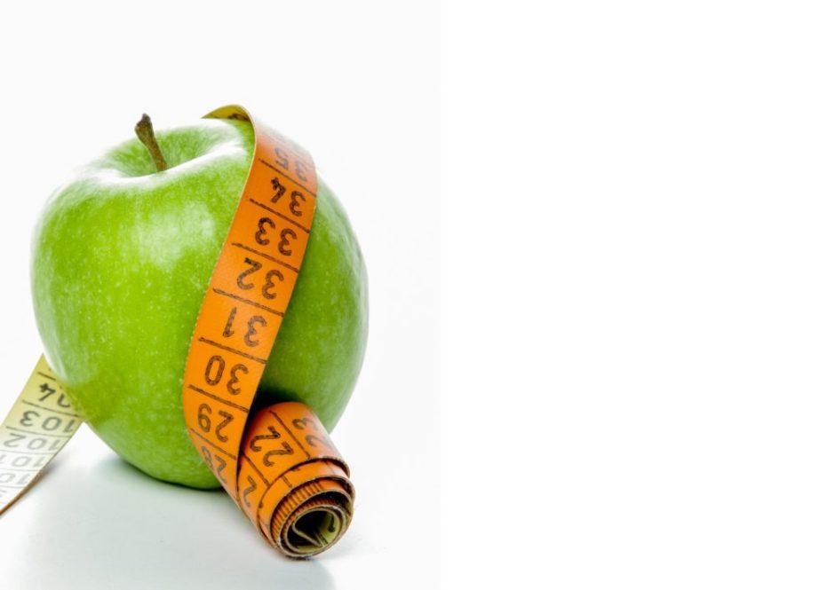 リンゴにメジャーが巻き付いている画像