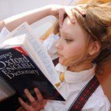 英語の辞書を読む女の子
