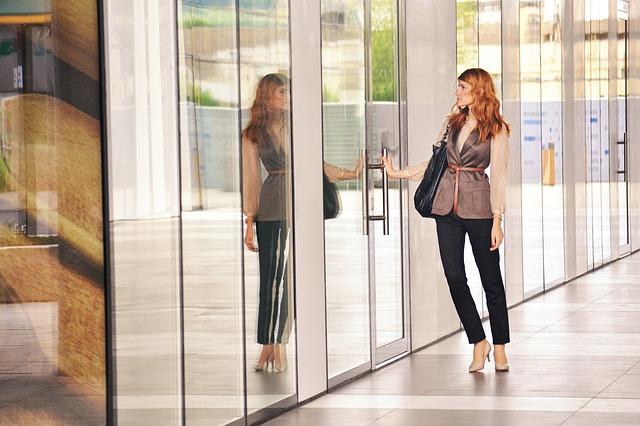 ドアに手をかける女性