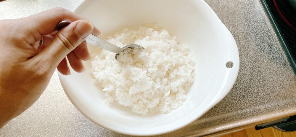 すし酢と白米を混ぜる