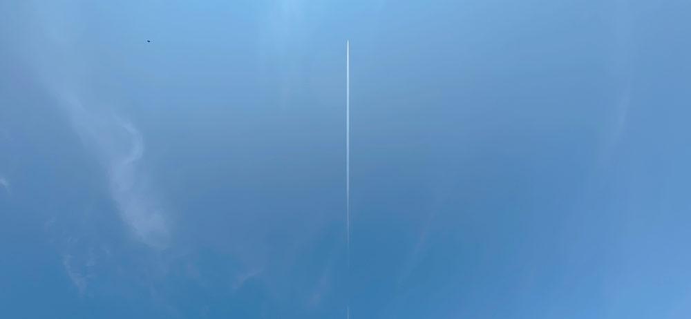 飛行機雲と空